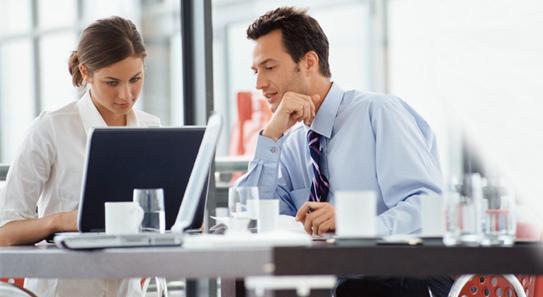 Dos personas estudiando ante el ordenador